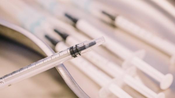 COVID-19-Impfstoffe: ABDA fordert 18,08 Euro netto pro Vial