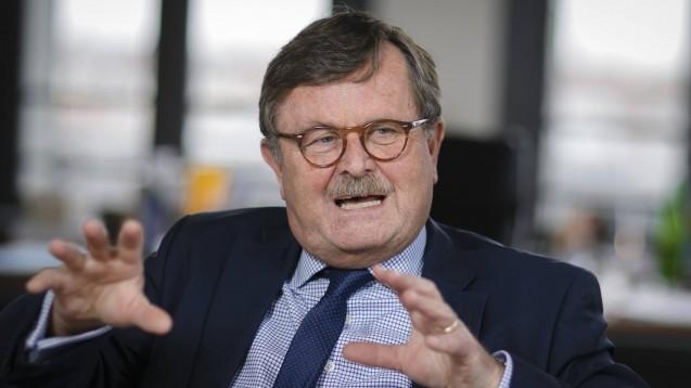 Der Vorstandsvorsitzende des Weltärztebunds, Professor Frank Ulrich Montgomery, fürchtet bei verfrühten Lockerungen der Reisebeschränkungen innerhalb Europas eine zweite Ausbreitungswelle des neuartigen Coronavirus. (Foto: imago images / photothek)