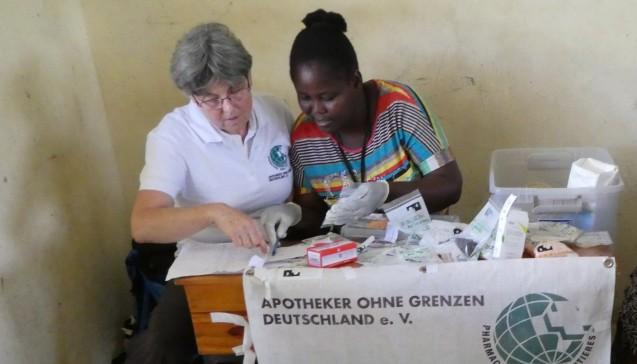Apotheker ohne Grenzen – hier die Münchener Apothekerin Barbara Weinmüller mit einer Kollegin – hat seinen Einsatz auf Haiti verlängert. (Foto:AoG-Archiv / Bettina Rüdy)