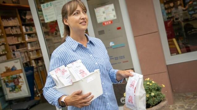 Muss eine Apothekenbotin zwingend bei der jeweiligen Apotheke angestellt sein? (x / Foto: Schelbert)