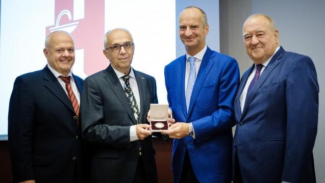 Dr. Rainer Bienfait (2. v.l.) hat die Hans-Meyer-Medaille erhalten. Mit dabei waren (v.l.n.r.) Dr. Andreas Kiefer, Friedemann Schmidt und Fritz Becker. (Foto: ABDA)