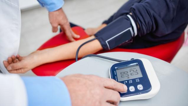 Für den Bundesverband der Pharmaziestudierenden in Deutschland zählen Blutdruckmessungen zu einfachen pharmazeutischen Dienstleistungen, die künftig von den Krankenkassen vergütet werden sollten. (Foto: Karanov images - stock.adobe.com)