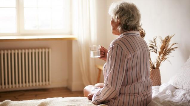 Doxylamin, Dimenhydrinat und Diphenhydramin finden sich als Schlafmittel sowie zur Behandlung von Übelkeit, Erbrechen und Kinetosen in vielen OTC-Präparaten wieder. Ist die Anwendung bei älteren Menschen ein Problem? (x / Foto: shurkin_son / AdobeStock)