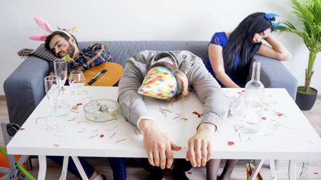 Wer zu viel getrunken hat, ist am nächsten Tag krank. ( r / Foto: Nichizhenova Elena / stock.adobe.com)