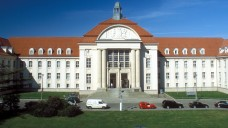 Vor dem Landgericht Schwerin läuft ein Prozess gegen eine Arzthelferin und eine Apothekenangestellte: Die beiden Frauen sollen die Kassen mit gefälschten Rezepten um 370.000 Euro betrogen haben. ( j/ Foto: Imago)