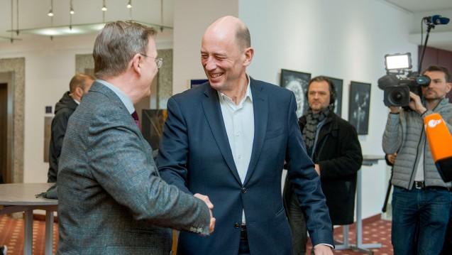 Thüringens Ministerpräsident Bodo Ramelow (Linke, li.) will mit SPD-Spitzenkandidat Wolfgang Tiefensee und den Grünen eine Koalition in einer Minderheitsregierung bilden. Die Apotheken wollen sie erhalten. (c / Foto: imago images / Schröter)