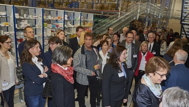 Bei einer Führung zeigen die Mitarbeiter stolz das neue Logistikzentrum. (Foto: Noweda)