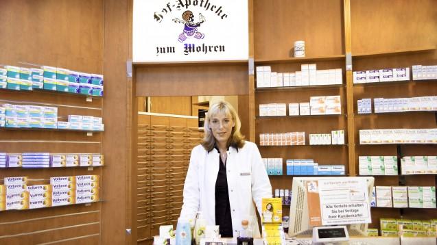 """Die Unterschriftenaktion """"Der Name der 'Hof-Apotheke zum Mohren' darf bleiben"""" stößt auf überwältigende Resonanz. Im Bild ist die Inhaberin Dr. Kerstin Podszus in ihrer Apotheke zu sehen. (Bild: Dr. Kerstin Podzsus)"""