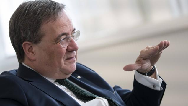 NRW-Ministerpräsident Armin Laschet warnt die Menschen davor, Hamsterkäufe zu tätigen. Insbesondere Arzneimittel sollten die Patienten nicht horten. (s / Foto: imago images / photothek)