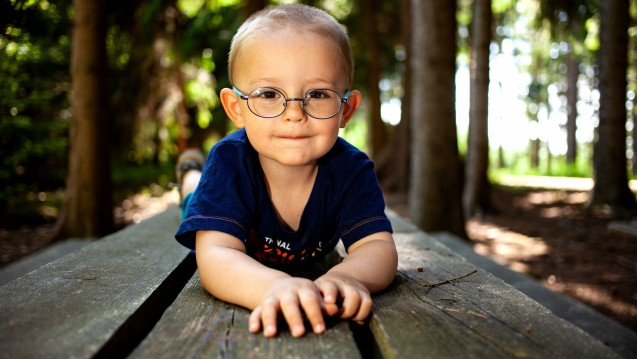 Wie kann man eine Kurzsichtigkeit bei Kindern hinauszögern oder verhindern? Im Freien spielen soll helfen. Helfen Atropin-Augentropfen auch? ( r / Foto:Photocreatief / stock.adobe.com)