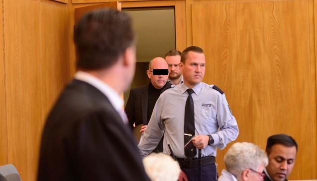 Peter S. betritt den Gerichtssaal. Er sitzt sei knapp einem Jahr in Untersuchungshaft.