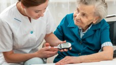 Hohes Alter und Diabetes – plus Paracetamol. Steigert diese Kombination das Risiko für Schlaganfälle? (c / Foto: Alexander Raths / stock.adobe.com)
