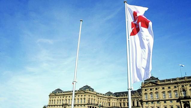 Den Apothekern ist heute eher nach Flaggen auf Halbmast, sie sind entsetzt über das EuGH-Urteil. (Apotheken-Fahne beim Bayrischen Apothekertag 2010 in Würzburg. Foto: diz)