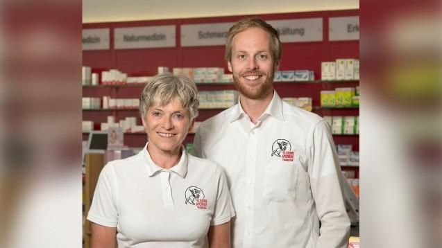 Inhaber der St. Georg-Apotheke in Traunstein Apotheker Benedikt Schmidt mit seiner Mutter, der früheren Apothekeninhaberin Inge Schmidt. (Foto: privat)
