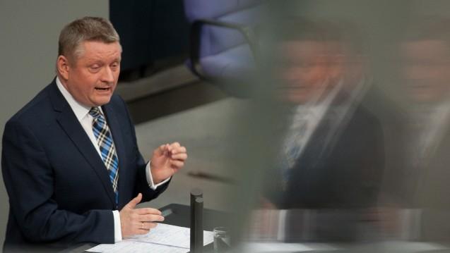 Für die Grüne-Bundestagsfraktion sind die Argumente von Bundesgesundheitsminister Hermann Gröhe (CDU) zum Versandverbot offenbar nicht überzeugend. (Foto: dpa)