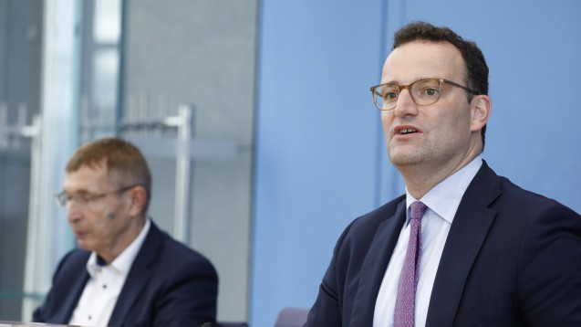 Bundesgesundheitsminister Jens Spahn (rechts) und PEI-Präsident Professor Klaus Cichutek äußerten sich gestern Abend zum positiven Votum der EMA zum Corona-Impfstoff von AstraZeneca. (Foto: IMAGO / Metodi Popow)