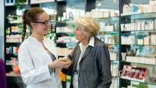 Apotheken sind Anlaufstelle für alte Menschen - das Team der Apotheke hat gute Chancen, Veränderungen wahrzunehmen - sagt ein Teilnehmer des preisgekrönten Projekts. (Bela Hoche / Fotolia)