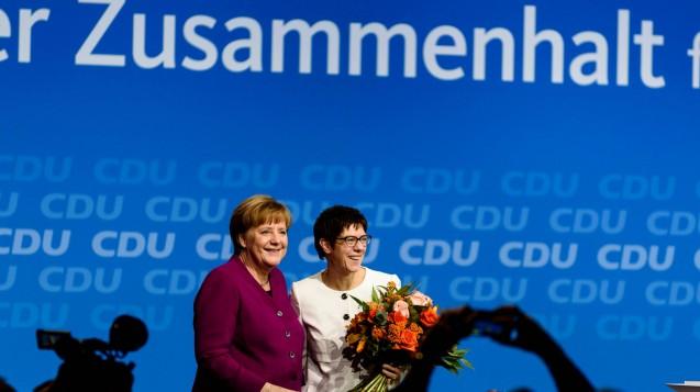 Angela Merkel und ihre neue Generalsekretärin Annegret Kramp-Karrenbauer auf dem CDU-Parteitag. (Foto: imago / markus heine)