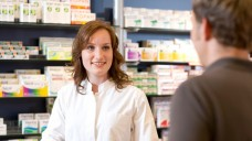 Gemeinsame Sache: Die Uni Leipzig startet mit der ABDA und der AVOXA ein Projekt, um die Beratung bei OTC-Medikamenten in der Apotheke zu verbessern. (Foto: Schelbert)