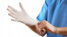 Auch in Apotheken kommen Untersuchungs-Handschuhe aus Latex zum Einsatz, (Foto: Africa Studio / Fotolia)