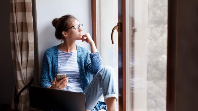 Eine aktuelle Umfrage zeigt: Mehr Menschen reduzieren aus Sorge um ihre Gesundheit ihre Kontakte und bleiben öfter zu Hause. (p / Foto: Marina Andrejchenko / stock.adobe.com)