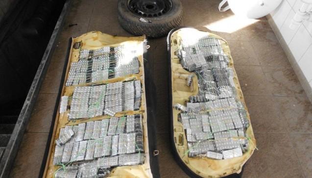Die Polizei in Ungarn ergriff rund 65.000 Tabletten auf dem Rücksitz eines Autos versteckt und im Inneren des Ersatzrades. Betäubungsmittel werden häufig auf diese Weise geschmuggelt.