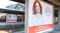 Mit Plakaten wie hier am Bahnhof Berlin-Friedrichstraße will die Noweda vor allem Bundestagsabgeordnete an die Leistungen der Apotheken in der Coronakrise erinnern. (b/Foto: Noweda)