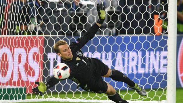 Manuel Neuer, Held des EM-Viertelfinalspiels gegen Italien: Für den Torwart war das Spiel eine Herausforderung, für die Fans wurde es eine lange Nacht. (Foto: dpa)