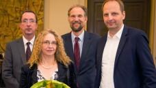 Frank Neuschäfer-Rube, Andrea Pathe Neuschäfer- Rube, Gerhard Püschel und Senator Thomas Heilmann bei der Preisverleihung (v.l.). (Foto: vfa/D.Laessig)