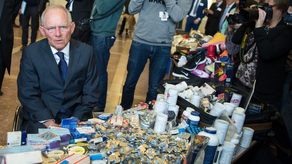Bundesfinanzminister Schäuble rät, Medikamente online nur aus nachweislich seriösen Quellen zu kaufen. (Foto: dpa / picture alliance)