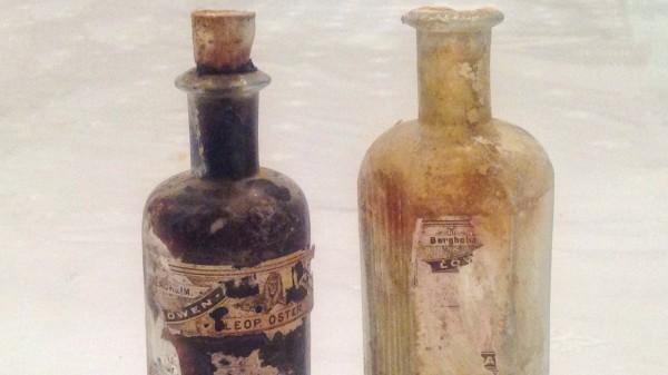 Rätselhafte Apotheken-Fläschchen in Mauer gefunden