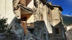 Alles zerstört: Die traurigsten Bilder der Woche kamen aus dem mittelitalienischen Accumoli. Dort versorgt Apotheker Francesco Nigro nach einem Erdbeben inzwischen eine ganze Region aus einer kaputten Apotheke. (Foto: dpa)