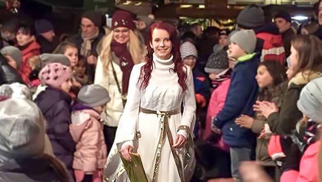 Als Christkind hat Judith Fackler die Aufgabe, die Menschen in ihrem Landkreis auf die schöne Weihnachtszeit vorzubereiten. (Foto: privat)
