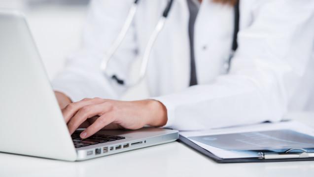 Auf dem Ärztetag im Mai 2018 könnten die Mediziner einen Antrag zur Aufhebung des Fernbehandlungsverbotes beschließen. (Foto: contrastwerkstatt / stock.adobe.com)