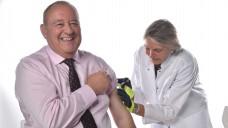 Piekst offensichtlich nicht sehr: DAV-Chef Becker als motiviertes Vorbild bei der Grippeimpfung. (Foto: ABDA)