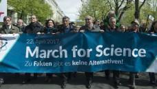 In Berlin demonstrierte Otmar Wiestler, Präsident der Helmholtz-Gemeinschaft (links) mit OberbürgermeisterMichael Müller, Fernsehmoderator Ranga Yogeshwar (Mitte links) und Max-Planck-PräsidentMartin Stratmann (Mitte rechts). (Foto:Bernd Wannenmacher, CC-BY-4.0)