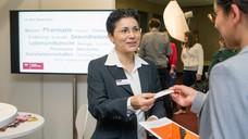 Kontaktknüpfen bei der erstmalig stattfindenden Jobmesse Cance Pharmazie. (Foto: Schelbert/DAZ)