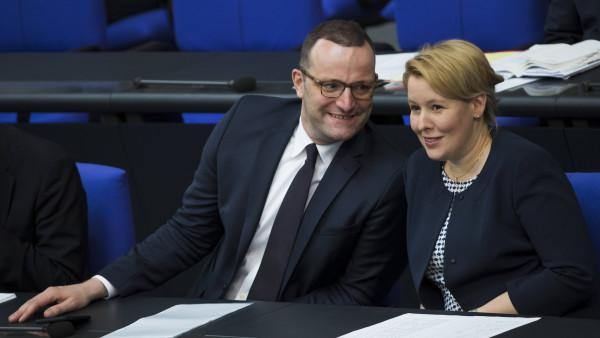Drei Bundesminister gegen den Pflegenotstand