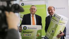 Dr. Uwe Baumann (links), Leiter Global Business und Vorstandsmitglied von Bionorica, und der Vorstandsvorsitzende Prof. Dr. Michael A. Popp freuen sich über gute Zahlen. ( Foto: BIonorica)