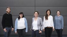 Das NEFA-Team in der Kooperationseinheit Klinische Pharmazie in Heidelberg: Robert Möcker, Cathrin Vogt, Prof. Dr. Hanna Seidling, Dr. Marina Weißenborn, Viktoria Wurmbach (v.l.). (c / Foto: Julian Beekmann)
