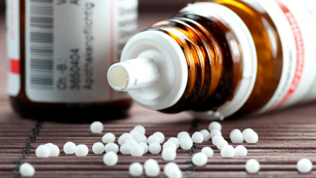 Einerseits wünschen sich Menschen, dass Krankenkassen homöopathische Arzneimittel erstatten. Andererseits ist die Bevölkerung immer unzufriedener mit der Wirksamkeit und der Verträglichkeit. (Foto: fotolia / B.Wylezich)