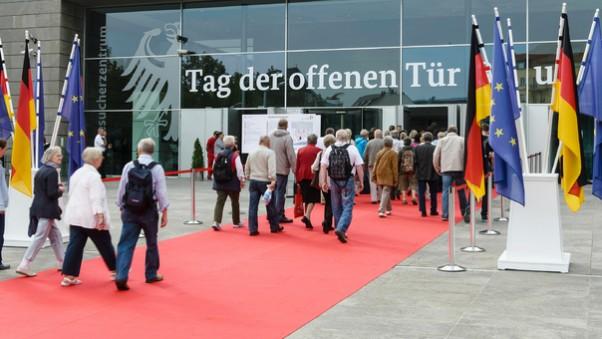 Der Tag der offenen Tür zieht viele Interessierte an – hier ins Bundespresseamt. (Foto: Bundesregierung/Milan)