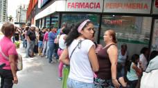 Vor den Apotheken in Venezuela bilden sich seit Jahren oft Warteschlangen, weil Arzneimittel zur Mangelware geworden sind. ( r / Foto: Imago)