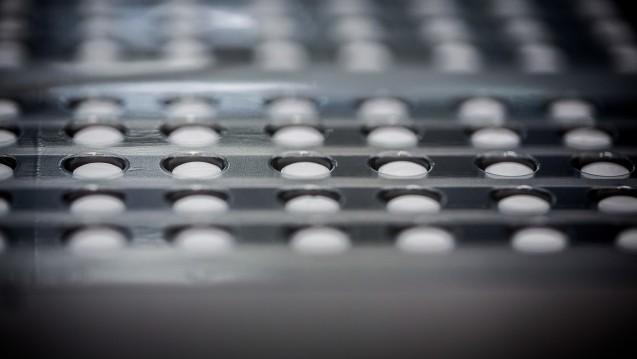 Der pharmazeutische Unternehmer steht auf jeder Arzneimittelpackung. Doch woher stammt der in Tabletten, Kapseln & Co. verwendete Wirkstoff? Noch gibt darüber keine öffentlich zugängliche Datenbank Auskunft. Doch das soll sich ändern. (c / Foto: dpa)