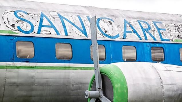 Es gibt viele Altlasten für die Versandapotheke Sanicare, wie ein vom früheren Betreiber gekauftes Flugzeug neben dem Firmensitz. (Foto: dpa)