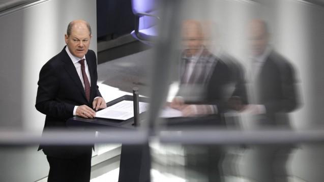 Bundesinanzmiister Olaf Scholz (SPD) plant angesichts der Corona-Epidemie eine Neuverschuldung von 156 Milliarden Euro.( r / imago images / Jens Schicke)