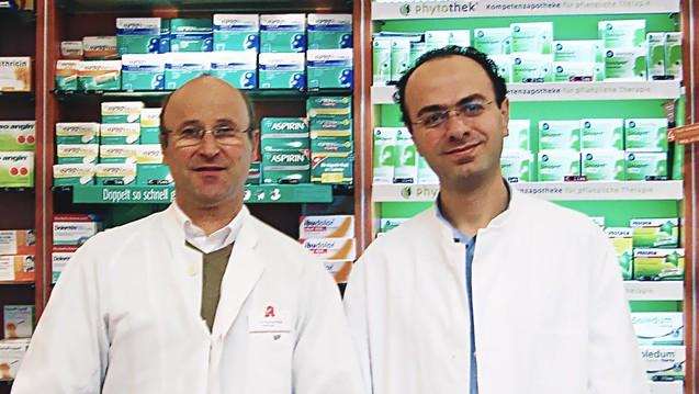Apotheker Monzer Alagi (re.) darf nun unter Aufsicht seines Chefs Nobert Paul arbeiten. (Foto: privat)