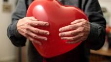 Statine können bei Vorerkrankungen das Herzinfarktrisiko senken. Doch sollen auch gesunde, ältere Menschen Lipidsenker auf Verdacht einnehmen? (m / Foto: imago)