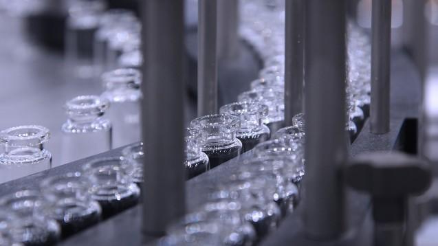 Der vfa erklärte, dass diese Durchstechfläschchen sowie Abfüllanlagen als möglicher Flaschenhals für die Versorgung mit mRNA-Impfstoffen gegen COVID-19 ausgemacht wurden. Kniffelig wird es außerdem, weil die mRNA für den Impfstoff in eine Lipid-Hülle verpackt werden muss. (Foto: popov48 / stock.aodbe.com)