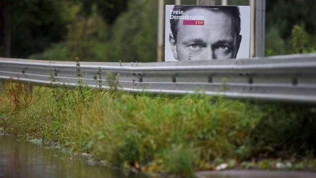 """FDP-Chef Christian Lindner bevorzugt inzwischen die """"politische Mitte"""", wo bekanntlich auch schon die SPD und Union um Wählerstimmen ringen. Damit droht die FDP in Profil- und Bedeutungslosigkeit zu versinken, meint DAZ-Chefredakteur Dr. Armin Edalat. (c / Foto: imago images / M. van Offern)"""